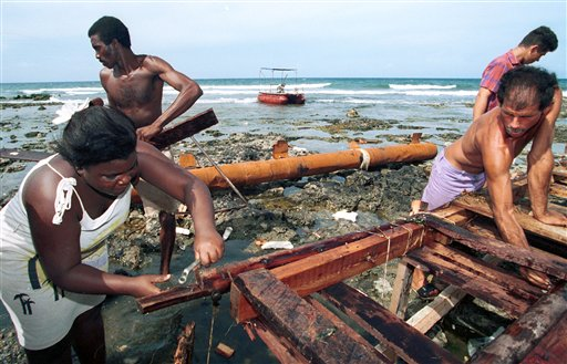 Cubanos preparando una balsa