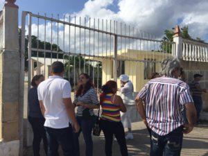 Miembros de Somos+ frente a la reja del Vivac, en La Habana